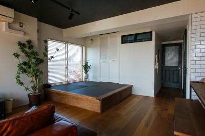リビング横の黒い畳の小上がり (集って楽しいカフェテイストの家)