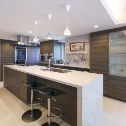 モダンとオリエンタルの融合、調度品が映える上質なLDK (キッチン)