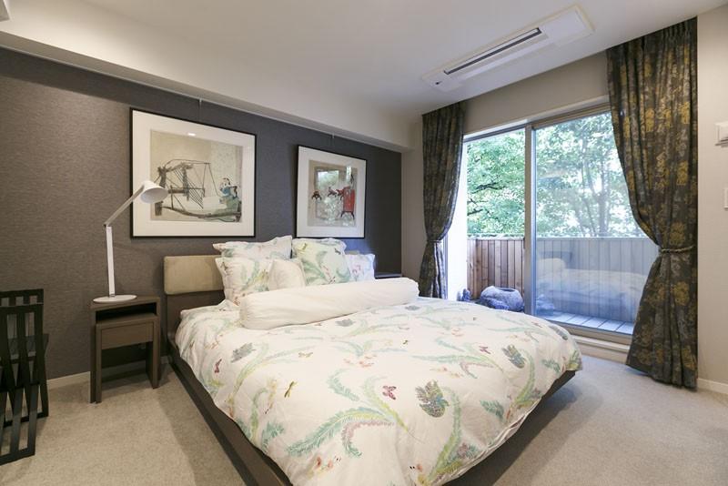 モダンとオリエンタルの融合、調度品が映える上質なLDK (主寝室)