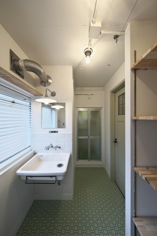 古い建物ならではの味わいを生かしながら、現代の暮らしに合わせたレトロモダンな空間へ (新しく設けた洗面脱衣スペース)