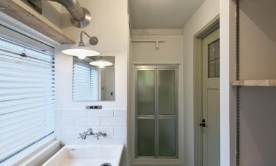 新しく設けた洗面脱衣スペース|古い建物ならではの味わいを生かしながら、現代の暮らしに合わせたレトロモダンな空間へ