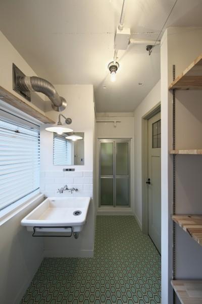 新しく設けた洗面脱衣スペース (古い建物ならではの味わいを生かしながら、現代の暮らしに合わせたレトロモダンな空間へ)