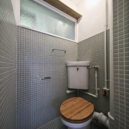 古い建物ならではの味わいを生かしながら、現代の暮らしに合わせたレトロモダンな空間へ (アンティークな雰囲気のトイレ)