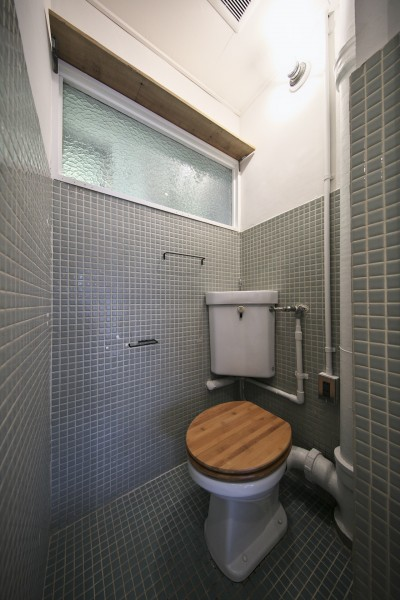 アンティークな雰囲気のトイレ (古い建物ならではの味わいを生かしながら、現代の暮らしに合わせたレトロモダンな空間へ)