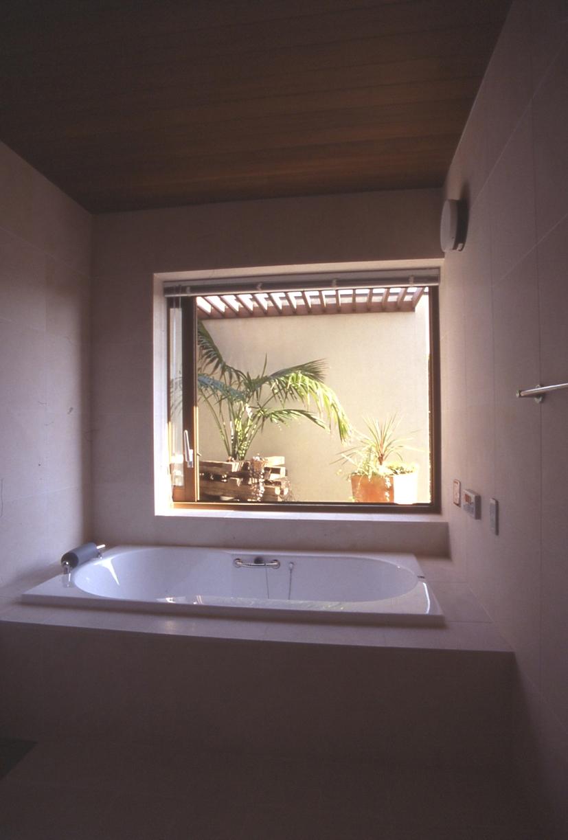 住まう楽しみ-100年住み継ぐ家の部屋 坪庭のある洋風バス