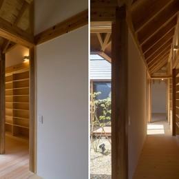 姉ヶ崎の家 大屋根と3つの庭|新築 (中庭に面した明るい回廊)