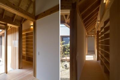 中庭に面した明るい回廊 (姉ヶ崎の家 大屋根と3つの庭 新築)