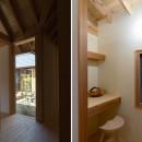 姉ヶ崎の家 大屋根と3つの庭|新築の写真 玄関とパントリー