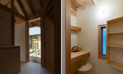 姉ヶ崎の家  中庭を囲うロの字形の平屋 |新築 (玄関とパントリー)