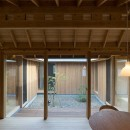 姉ヶ崎の家 大屋根と3つの庭|新築の写真 中庭に面した居間。