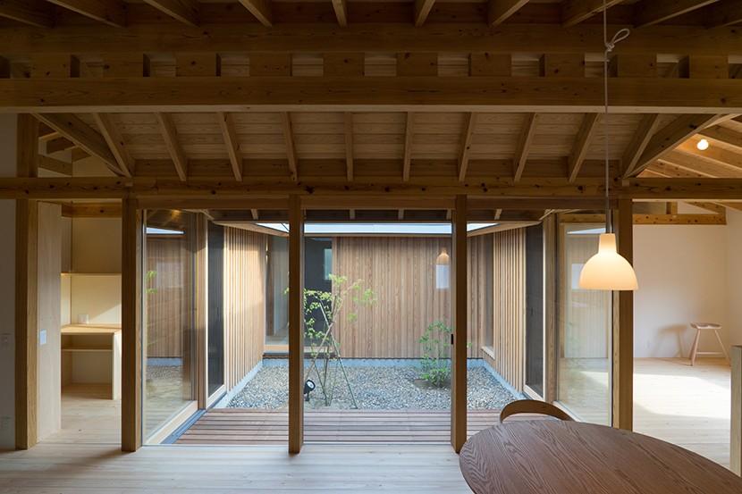 姉ヶ崎の家 大屋根と3つの庭|新築 (中庭に面した居間。)