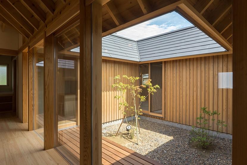 姉ヶ崎の家 大屋根と3つの庭|新築 (居間に面した中庭。居間にいながら開放感を感じられます。)