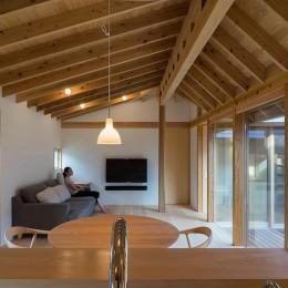 姉ヶ崎の家  中庭を囲うロの字形の平屋 |新築 (台所から居間への眺め。)