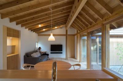 姉ヶ崎の家 大屋根と3つの庭|新築 (台所から居間への眺め。)