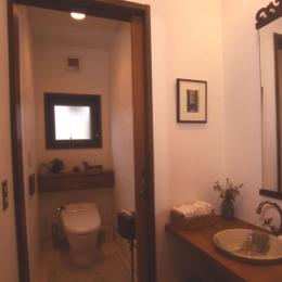 住まう楽しみ-100年住み継ぐ家 (手づくり手洗器のあるトイレ)