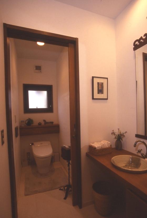 住まう楽しみ-100年住み継ぐ家の部屋 手づくり手洗器のあるトイレ