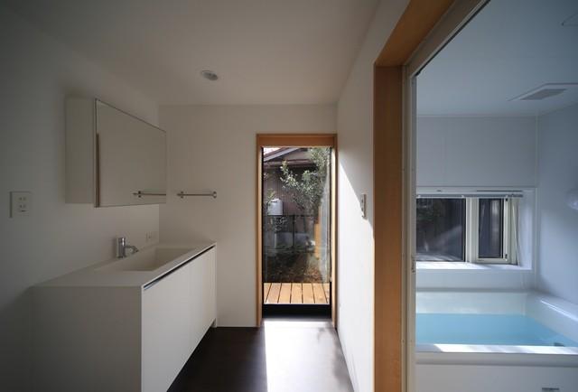 小谷の家~街並みに庭を寄与する家~ (小谷の家 洗面室・浴室)