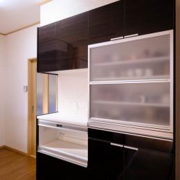 食器棚 (友人たちとおしゃべりを楽しむ空間)