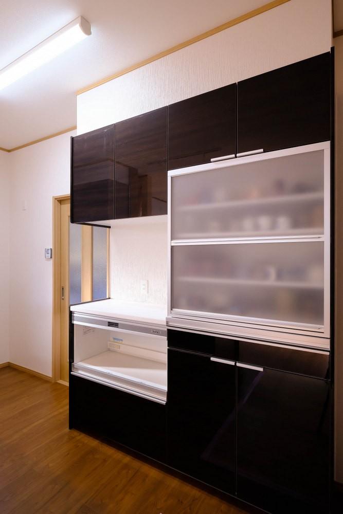 友人たちとおしゃべりを楽しむ空間 (食器棚)