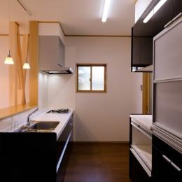 友人たちとおしゃべりを楽しむ空間 (キッチン&食器棚)