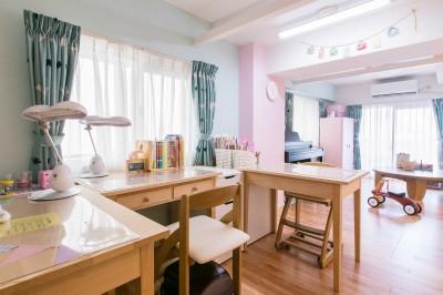子供部屋 (FRAME~小さな三姉妹の将来を夢見るご夫婦の親心がたっぷり詰まった住まい~)