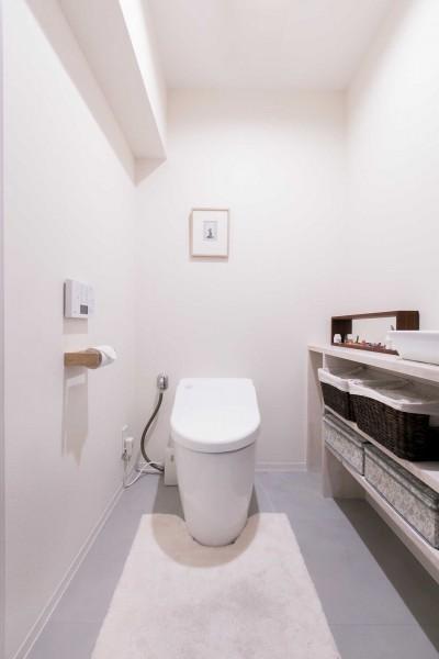 トイレ (FRAME~小さな三姉妹の将来を夢見るご夫婦の親心がたっぷり詰まった住まい~)