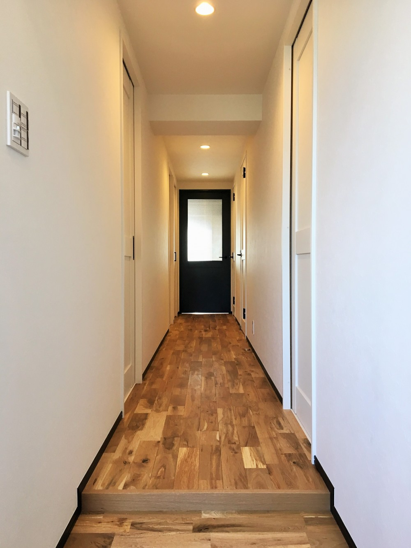 広々な土間収納、広々なリビング。天然無垢材をふんだんに使用した、思いの詰まったステキな空間。 (廊下)