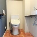 広々な土間収納、広々なリビング。天然無垢材をふんだんに使用した、思いの詰まったステキな空間。の写真 トイレ