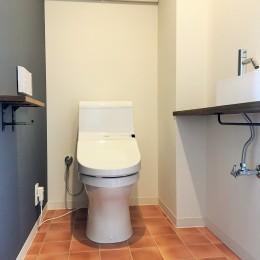 広々な土間収納、広々なリビング。天然無垢材をふんだんに使用した、思いの詰まったステキな空間。 (トイレ)