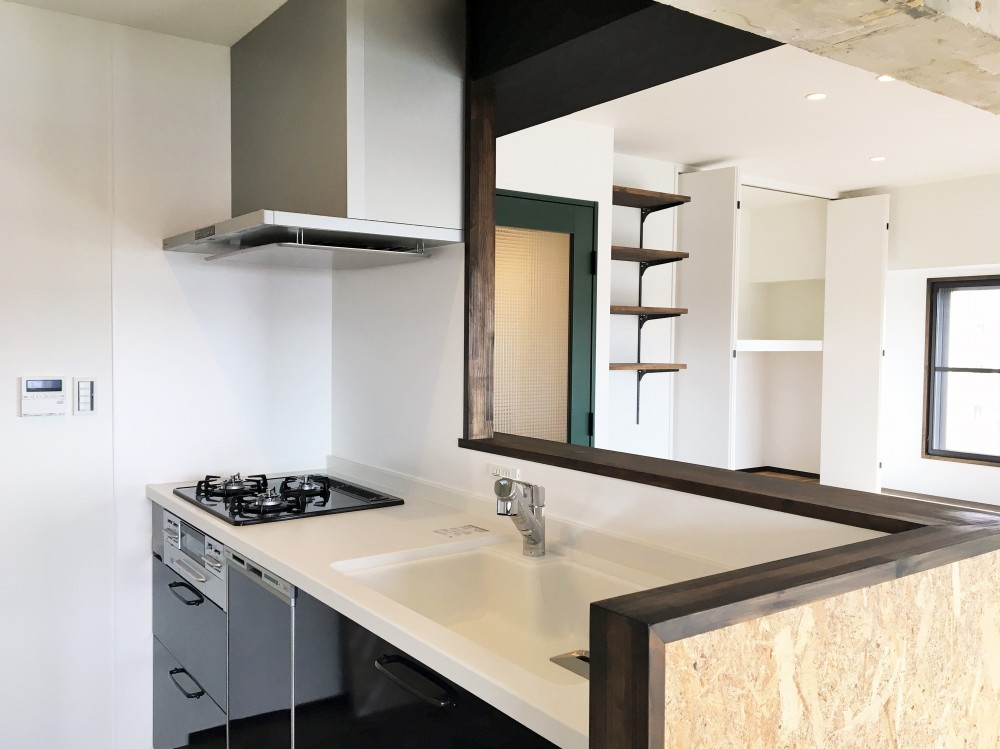 広々な土間収納、広々なリビング。天然無垢材をふんだんに使用した、思いの詰まったステキな空間。 (キッチン)