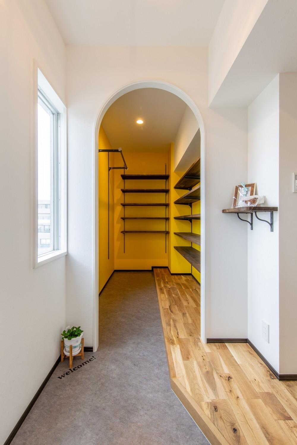 広々な土間収納、広々なリビング。天然無垢材をふんだんに使用した、思いの詰まったステキな空間。 (玄関土間)