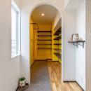 広々な土間収納、広々なリビング。天然無垢材をふんだんに使用した、思いの詰まったステキな空間。の写真 玄関土間