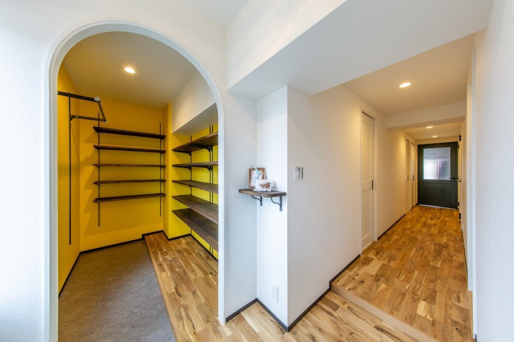 広々な土間収納、広々なリビング。天然無垢材をふんだんに使用した、思いの詰まったステキな空間。 (玄関・土間収納・廊下)