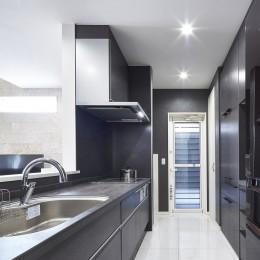 Black & White、モダンレジデンス (キッチン)