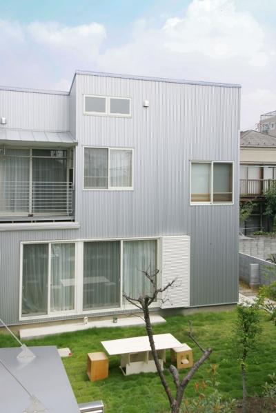 中庭が家族の距離をつなぐ家B (中庭とガルバリュウムの外観)