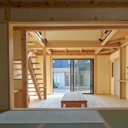 吹抜けのある3室一体の家 (リビングに面した寝室)