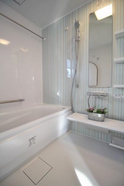 シンプルで清潔感漂うバスルーム (家族みんなで選んだ、間取り変更リフォーム)