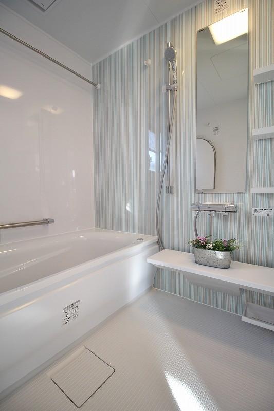 家族みんなで選んだ、間取り変更リフォーム (シンプルで清潔感漂うバスルーム)