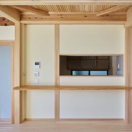 回遊できるのキッチン (吹抜けのある3室一体の家)