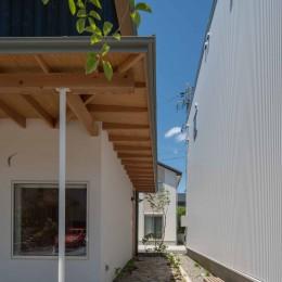 いつでも空が見える吹き抜けと、公園のような庭のある家 (石畳を敷いた玄関アプローチ)