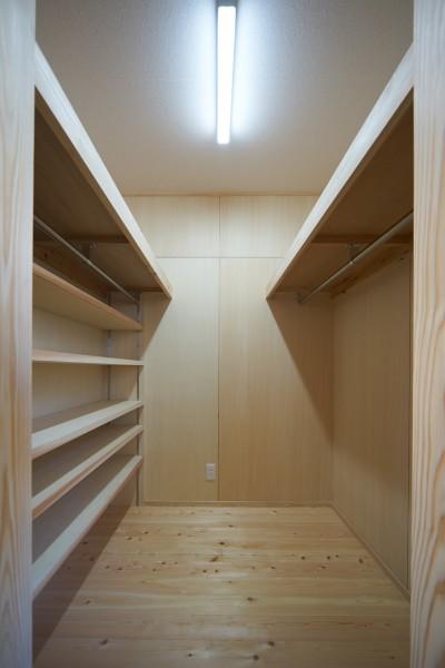 寝室のウォークインクロゼット (吹抜けのある3室一体の家)