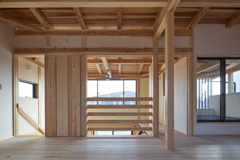 吹抜けのある3室一体の家 (吹抜けに面したフリースペース)