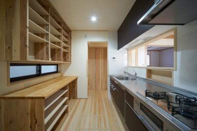 吹抜けのある3室一体の家 (キッチン)