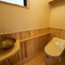 吹抜けのある3室一体の家の写真 トイレ