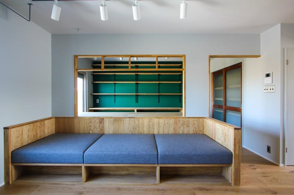 ふたりだけの特別なスペース (造り付けのソファと書斎の緑色の壁)