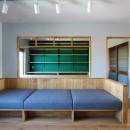 ふたりだけの特別なスペースの写真 造り付けのソファと書斎の緑色の壁