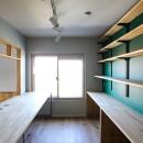 ふたりだけの特別なスペースの写真 デスクと緑色の壁の壁面収納