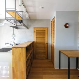 ふたりだけの特別なスペース (キッチンとルーバードア)