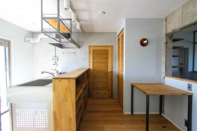 キッチンとルーバードア (ふたりだけの特別なスペース)