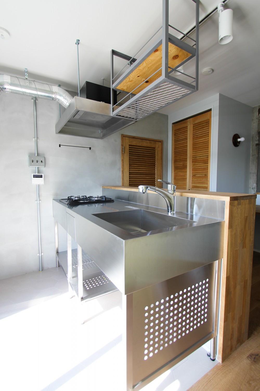 ふたりだけの特別なスペース (ステンレス製のキッチン)